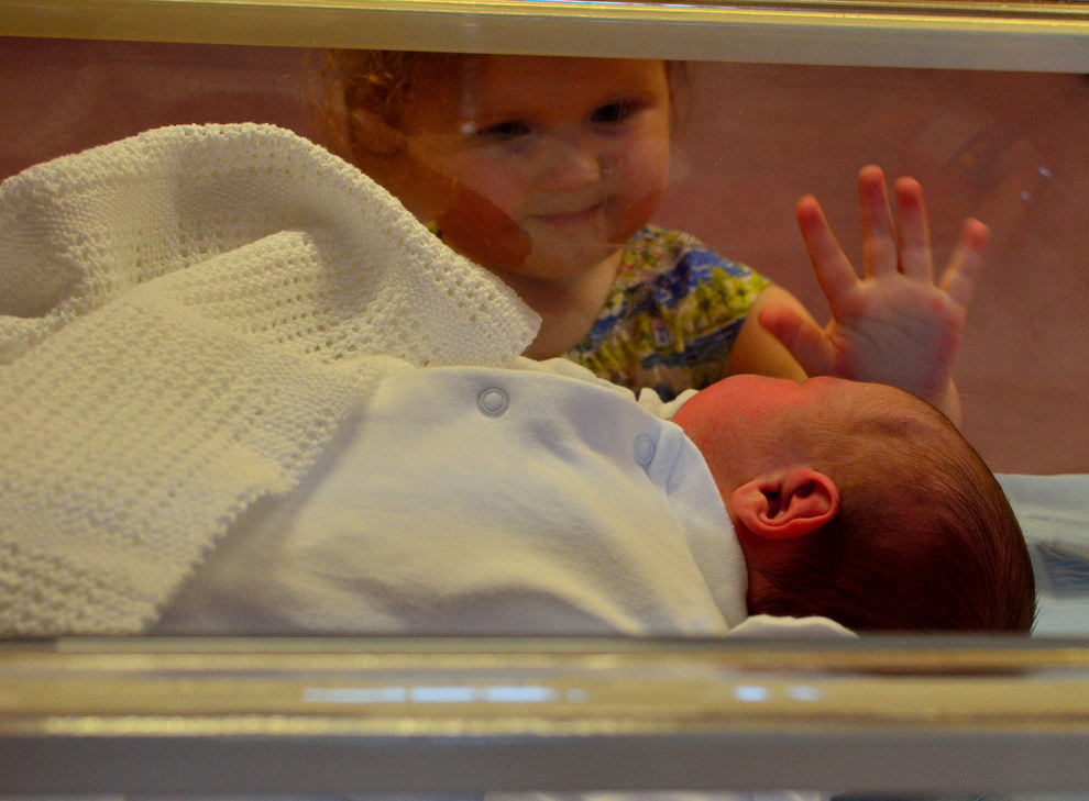 kids meet their newborn siblings for first time 2